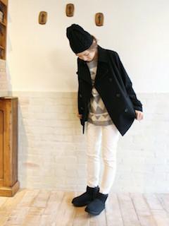 8黒のPコート×白ジーンズ×柄セーター