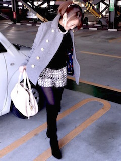 1グレーのPコート×黒ニットセーター×ショートパンツ