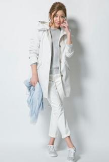 8白のモッズコート×グレーTシャツ×白パンツ