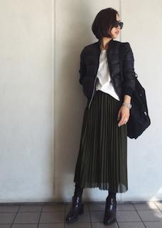 11黒のダウン×白Tシャツ×ロングギャザースカート