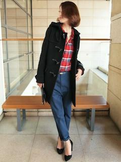 7黒のダッフルコート×赤系チェックシャツ×デニムパンツ