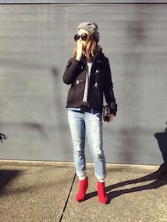 1黒のダッフルコート×ジーンズ×赤ブーティー
