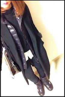 4ユニクロのダウンジャケット×チェスターコート×黒デニムパンツ