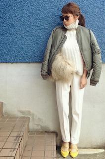 6カーキのMA1×白ニット×白パンツ