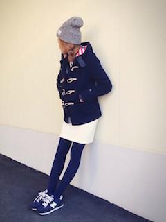 4ネイビーのダッフルコート×白タイトスカート×ニット帽子