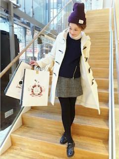 10白のダッフルコート×黒ニットセーター×チェック柄タイトスカート