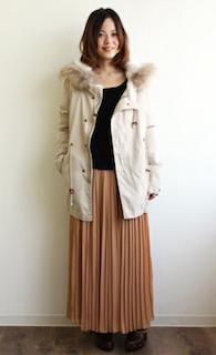 6白のモッズコート×黒Tシャツ×ロングスカート