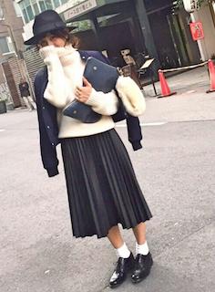 5ネイビーのMA1×白ニット×プリーツスカート