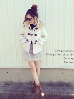 9白のダッフルコート×ミニタイトスカート×ショートブーツ
