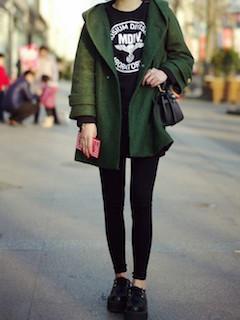 4緑のダッフルコート×黒Tシャツ×黒レギパン