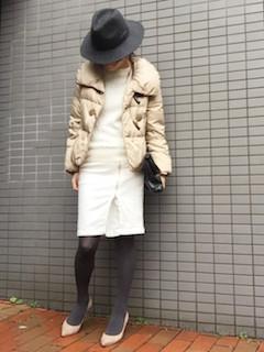 2ベージュのダウン×白ニット×白タイトスカート