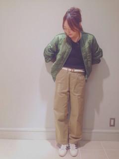 4緑のダウン×黒トップス×ワイドパンツ