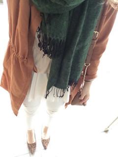 8緑のマフラー・ストール×ベージュハーフコート×白パンツ
