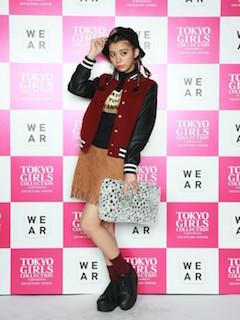 9赤のスタジャン×黒ニット×スエードスカート