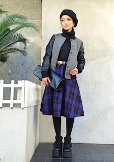 1グレーのスタジャン×黒タートルネック×チェック柄スカート
