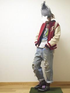 5赤のスタジャン×プリントTシャツ×ジーンズ