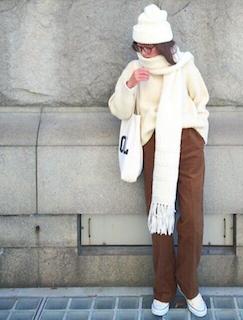 1白のマフラー・ストール×白ニットセータ×茶色のパンツ