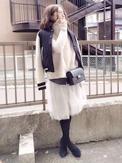 9冬のスタジャン×白ニットセーター×チュールスカート