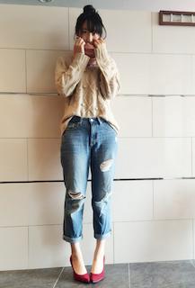 1ピンクのマフラー・ストール×セーター×ジーンズ