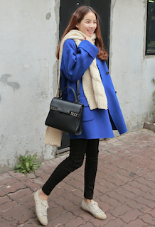 3白のマフラー・ストール×青のハーフコート×黒レギパン