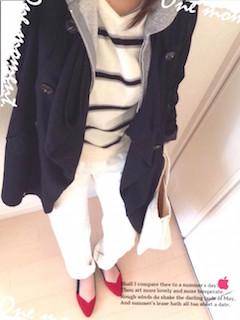 4黒のスプリングコート×ボーダーニット×白パンツ