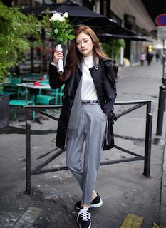 1黒のスプリングコート×白Tシャツ×グレーのパンツ
