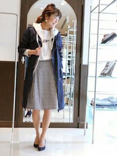 10ネイビーのスプリングコート×白のパーカー×チェック柄スカート