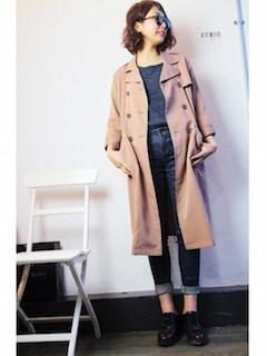 10ピンクのスプリングコート×グレーTシャツ×ジーンズ