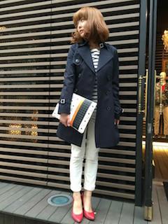 4ネイビーのスプリングコート×ボーダーTシャツ×白デニムパンツ