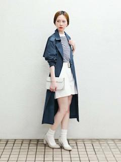 2ネイビーのスプリングコート×ボーダートップス×白のタイトスカート