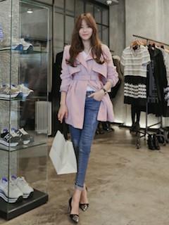 6ピンクのスプリングコート×VネックTシャツ×ジーンズ