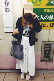 1黒のマウンテンパーカー×チェックシャツ×ロングスカートのコーデ