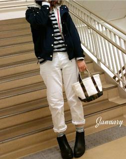 2黒のマウンテンパーカー×ボーダーTシャツ×白デニムパンツのコーデ