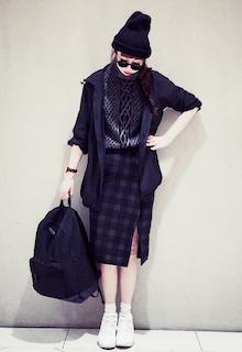 5黒のマウンテンパーカー×ニットセーター×タイトスカートのコーデ
