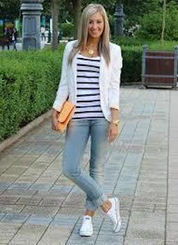 白のテーラードジャケット×ボーダーTシャツ×デニム