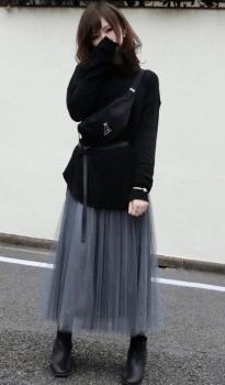 グレーのチュールスカート×黒のマウンテンパーカー×ウエストポーチのレディースコーデ