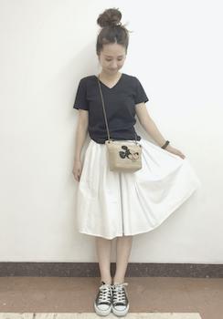10 VネックのTシャツ×白いフレアスカート×キャンバススカート