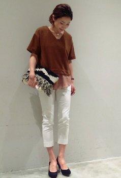 10 VネックTシャツ×白パンツ×クラッチバッグ