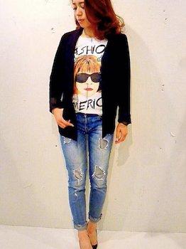 8黒のサマージャケット×アートTシャツ×ジーンズ