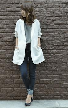 2白のサマージャケット×グレーTシャツ×デニムパンツ