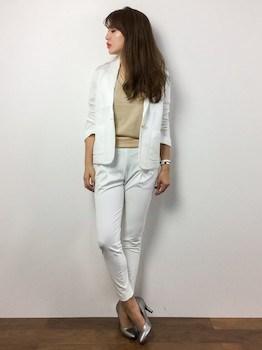 3白のサマージャケット×ニット×白デニムパンツ