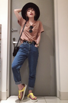 2 VネックのTシャツ×ジーンズ×ハット