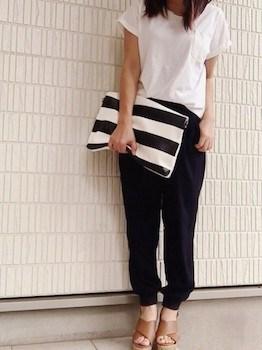 10黒のジョガーパンツ×白Tシャツ