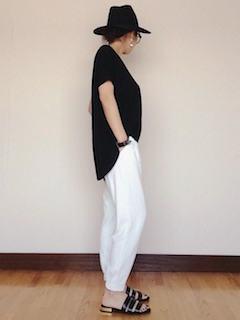 白のジョガーパンツ×黒Tシャツ×黒ハット