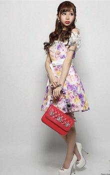 花柄のオフショルダードレス×白のパンプス×赤のバッグ