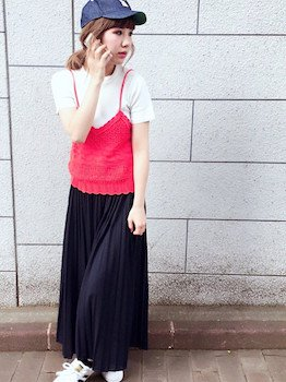 10赤のキャミソールのコーデ×ボートネックTシャツ×マキシ丈スカート