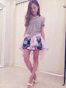 9 UネックのTシャツ×ミニスカート×ピンクシャツ