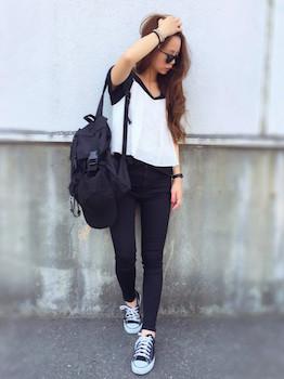 8白のキャミソール×黒Tシャツ×黒デニムパンツ