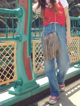 8赤のキャミソールのコーデ×白Tシャツ×ジーンズ