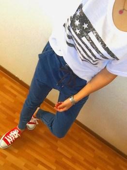 4 guのジョガーパンツ×プリントTシャツ